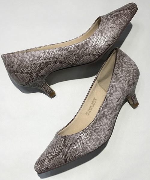 [Ranan] ふわっとフィット美脚プレーンパンプス 2,149円 履き心地とコスパのよさで大人気のパイソン柄の美脚パンプス。光があたるとメタリックっぽく光ります。メタリック系の靴を買う勇気がなくても、取り入れやすいパイソン柄なら大人のコーディネートによく合います。同じシリーズでガンメタリックのパンプスもあります♪