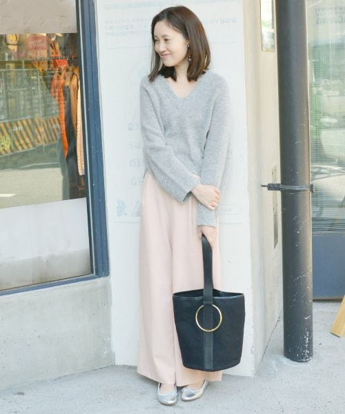 優しいピンクのワイドパンツにはライトグレーのニットが似合います。バッグはトレンドライクなものを、シューズもメタリックカラーのバレエシューズをさりげなく取り入れましょう。