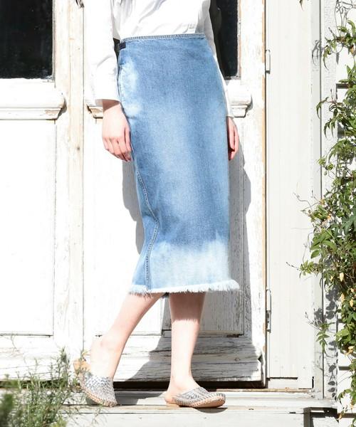 カットオフされた裾がポイントのペンシルデニムスカート。ヴィンテージ風のカラーが大人っぽい美しいタイトシルエットのスカート。今季デニムスカートを新しくするなら、だんぜんロングタイトスカートがおすすめ。