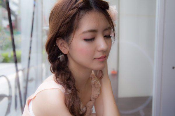 前髪を三つ編みしてそのままサイドに寄せることでフェミニンで女性らしい印象に。