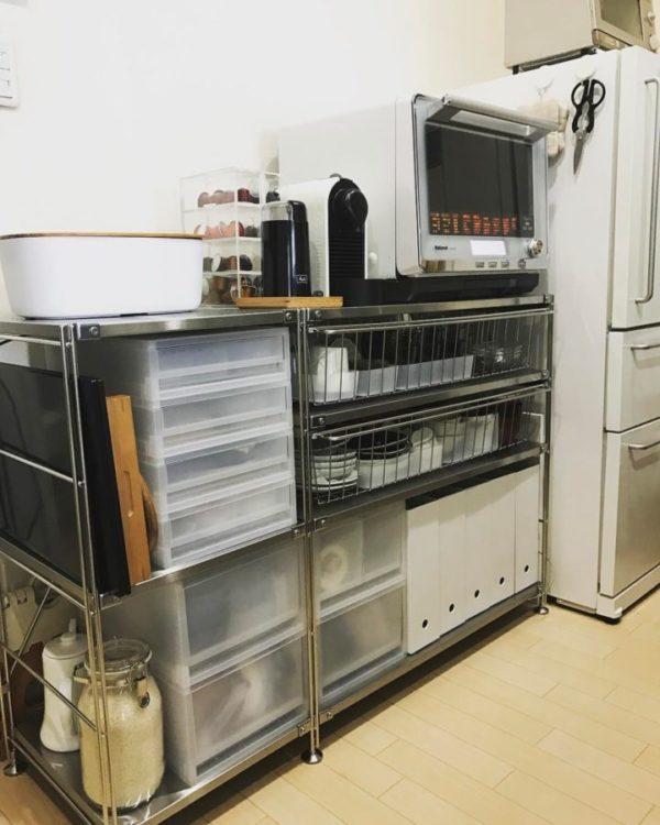 まず最初にご紹介するのは、キッチンで使うのに最適なステンレスのシェルフを使ったインテリアです。右側にはユニットシェルフに追加できるワイヤーバスケットをプラスして、機能性を高めています。ほかにも無印のアイテムを上手に組み合わせて、すっきりとしておしゃれなキッチンに。