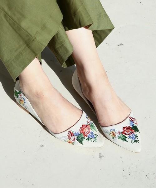 セパレートのフラットシューズはネイビー、ブラック、ベージュ、ブルーの4色展開。ベースの靴の色に合わせて、花柄の色合いも異なるのが特徴的です。カジュアルなスタイルはもちろんのこと、ちょっとした会食の最にも着用してオシャレを楽しめそうな一足です。