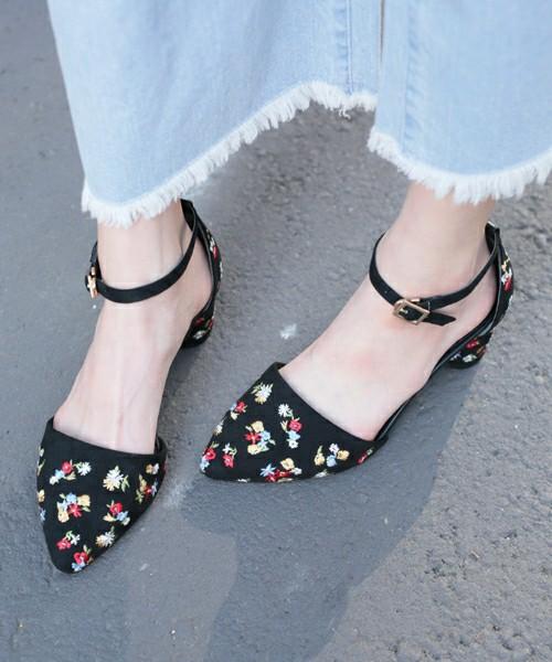 上記のストラップ付きセパレートパンプスとは花柄の刺繍がことなり、ヒールの部分まで細かな刺繍が施されていて可愛らしいデザインが特徴的です。ブラックとブラウンの2色から選べます。また、足が綺麗に見える6cmの太めのヒールも嬉しい一足です。