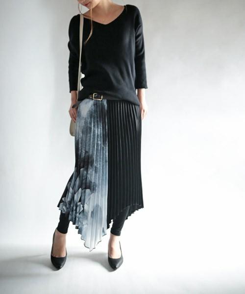 こちらはぐっと大人びた印象になりますね。モノトーン大柄スカート、色合いも半分は柄物、半分は黒無地でアシンメトリーが決まっています。大人びたスカートにはレギンスとパンプスを合わせると、足首の細さが強調されてより「いい女」風に。スカートが個性を引き出しているので、トップスは黒の無地で落ち着かせて。