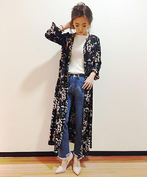 [UNRELISH] 《再生産決定!》花柄ガウンシャツワンピース  9,612円  このブラックは一度売り切れ、再生産されたほどの人気アイテムです!落ち着いた色使いで、オトナ女性でも取り入れやすいですね。この画像のように、シンプルなTシャツとデニムにさらっと羽織るだけで今年らしさが出ます。また、ヒールを合わせることで女性らしさがグンと上がるため、デートなどにもおすすめです。