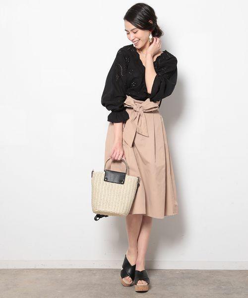 ブラックカラーのレースブラウスはベージュと2色の配色でコーディネート。大人っぽくクールな仕上がりです。ブラウスとスカートなのでレディっぽさもありつつ、落ち着きのある大人女子らしいスタイルが作れます。