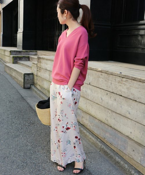 Vネックのビビッドピンクプルオーバーにガーリーな花柄ワイドパンツを合わせたオトナ可愛いコーディネート。ワイドパンツはとろみ素材で女性らしいチャーミングな印象。ビビッドピンクを効かせてメリハリをつけた仕上がりに。