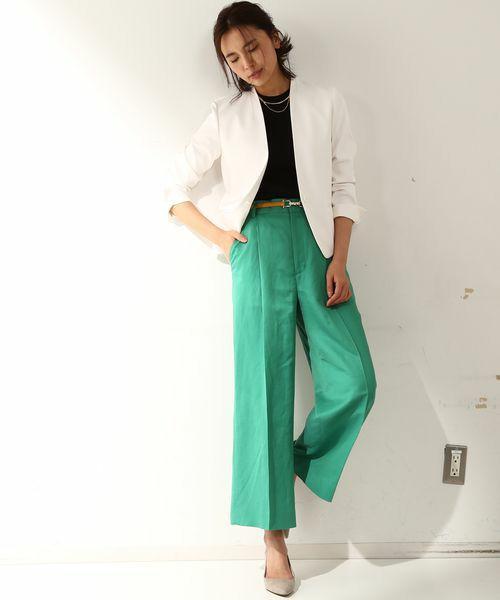 鮮やかなグリーンのパンツに白のジャケットと黒のインナーで、初夏のお仕事スタイルに。