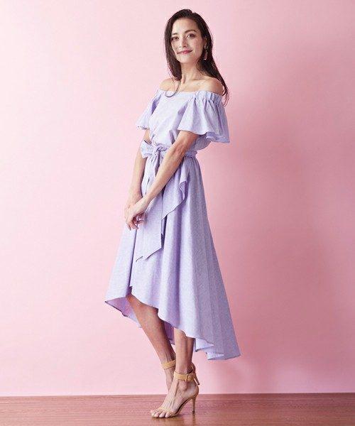 ラベンダー色のスカート。淡い色ながら1枚でエレガントな表情を醸し出し、落ち着きのある上品な色味なのでぜひチャレンジしてみる価値あり。同じ素材のトップスとのセットアップもおすすめ!