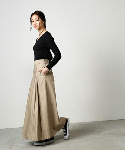ベージュスカートの代表としてセレクトしたチノマキシスカート。スカートに美しい表情を与えるボックスタックデザイン。サラッとした感触が心地よく、素肌にまといたいスカートです。シンプルなブラックトップスにベストマッチ♪