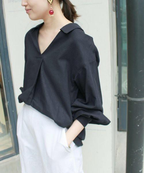 トレンドのスキッパーシャツは夏向けのリネン素材をチョイス♪自然に抜き襟になるエフォートレスなデザインで、背中もV字に開いています。ボリュームのある袖をタックアップして着るのがオシャレ♡