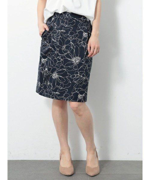広がりすぎないすっきりとしたタイトラインのキレイ目なスカート。休日のデートやお食事会におすすめです。