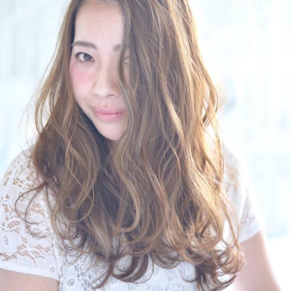 こちらはカラーリングで透明感を出して、コテで外国人風な毛流れを作ってます。前髪を作ってないので、大人っぽく見えますね。