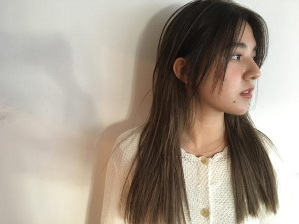切りっぱなしの毛先やサイドのカット、透明感のあるアッシュカラーが外国人風でナチュラルなストレートロングヘア。