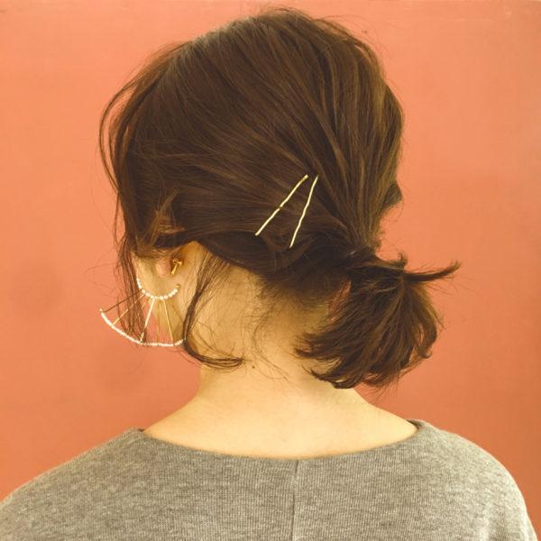 一歩間違うと疲れ切った雰囲気を作ってしまう後れ毛テク。鏡を見ながら垂らす場所や毛量を調節するとたちまちおしゃれ女子に!
