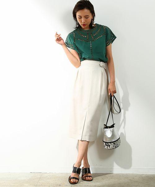トレンドの刺繍ブラウスをグリーンで大人っぽく。白が多めのモノトーンで都会的なサファリテイストに。