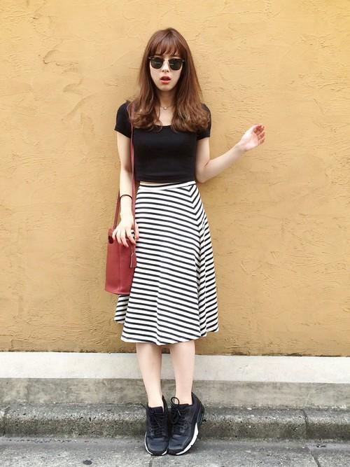 ボーダーのスカートに黒トップスのコーデ。カラーが統一されているので、ボーダーを使っていてもシンプルにまとまっていますよね。ここでもやはりさし色がポイントになっています!