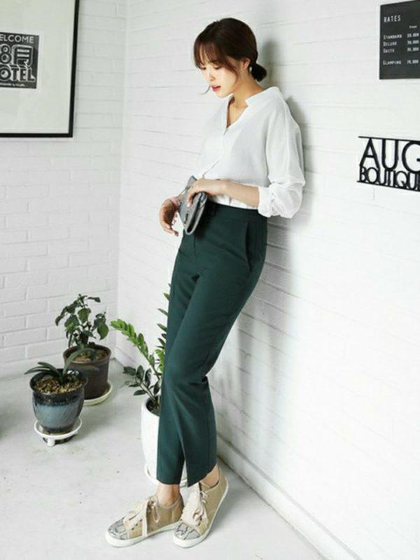 モスグリーンのパンツと同系色のクラッチと靴がスタイリッシュ。すっきりとしたパンツのデザインとふんわりとしたオーバーブラウスとの素材感とフォルムのコンビネーションで、おしゃれにコーディネートされています。