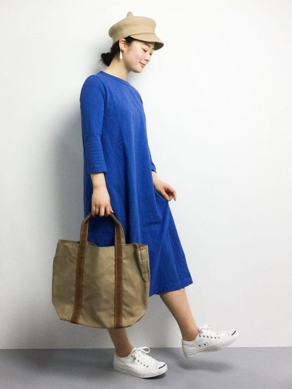 鮮やかなブルーの色合いにピッタリなカーキトート。容量の大きいバックは使い勝手も◎