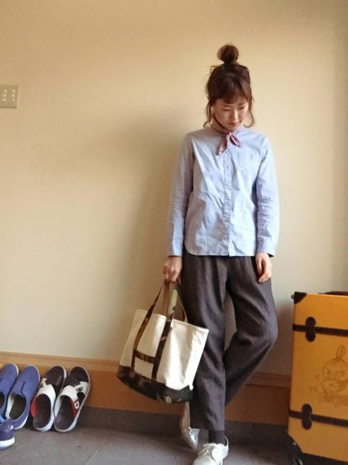メンズライクなコーデと迷彩柄がポイントになっているバッグがベストマッチ☆スカーフを巻いて、大人可愛さをプラス♡