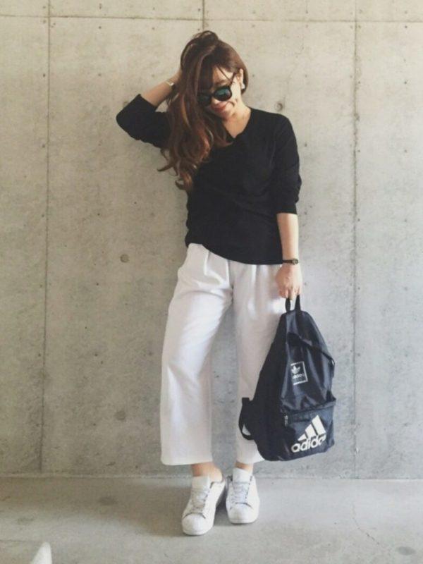 ワイド目のパンツはトップスもゆったりめの物を合わせると、着こなした印象でおしゃれ度がアップします。半端丈の足元に白のスニーカーがスタイリッシュなスタイリングに仕上がっています。また、長めのコットンパールなどを合わせて、靴とバッグを変えれば、シックなスタイリングに。