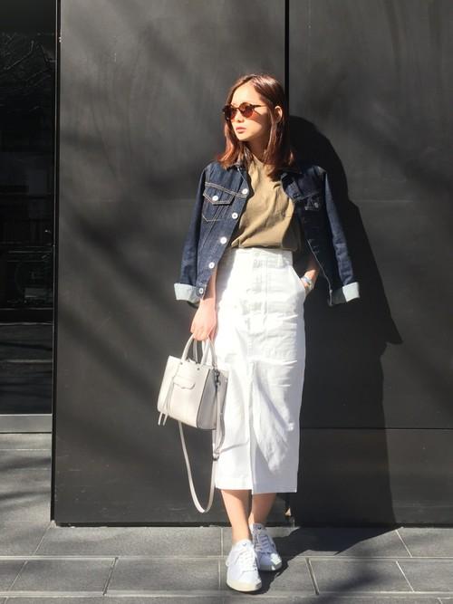 さわやかさと清潔感のある真っ白なスカート。白スニーカーと白バッグを合わせてさらにさわやかさをプラス!カーキトップスとデニムジャケットを合わせれば白の多いコーデも引き締まりますね!