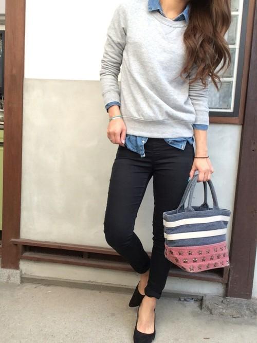 デニムシャツとのレイヤードスタイルはカジュアルの鉄板コーデ。スキニーとパンプスで足元をすっきりとまとめて大人カジュアルに。