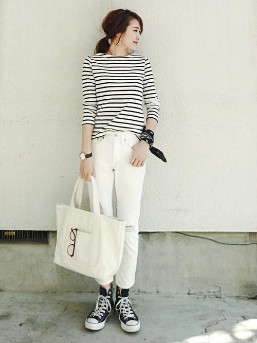 ボートネックが女性らしいですね。ホワイトデニムやトートバッグの白もまぶしいさわやかさ!