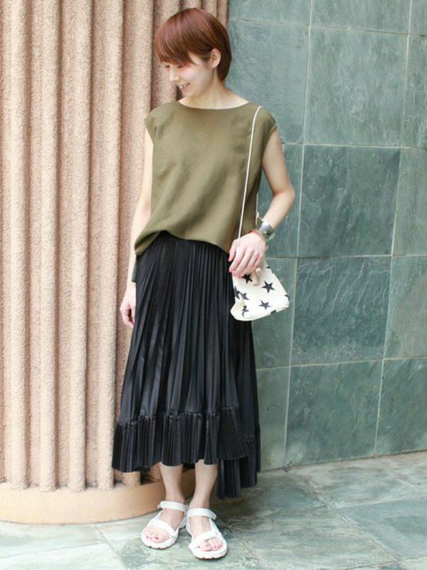 プリーツスカート使いにもカジュアルさをプラス☆とろみ感のあるトップスと合わせてオシャレ度の高いコーディネートです。
