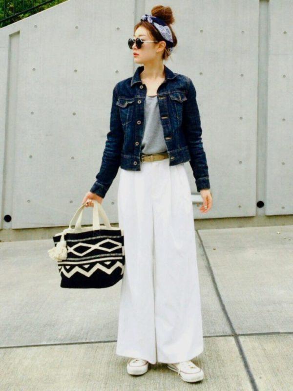 ワイドパンツにハイカットのスニーカーを合わせて下半身を白でまとめたことで、すっきりとしたスタイリングにまとまっています。印象的なトートバッグがアクセントになったコーディネート。