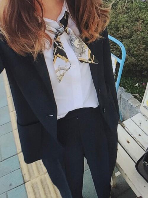 黒のテーラードジャケットとパンツをセットアップで着たコーデは、引き締まっているので硬いコーデに似りがち。首にスカーフを巻けば、女性らしさも出て、コーデが柔らかくなります!