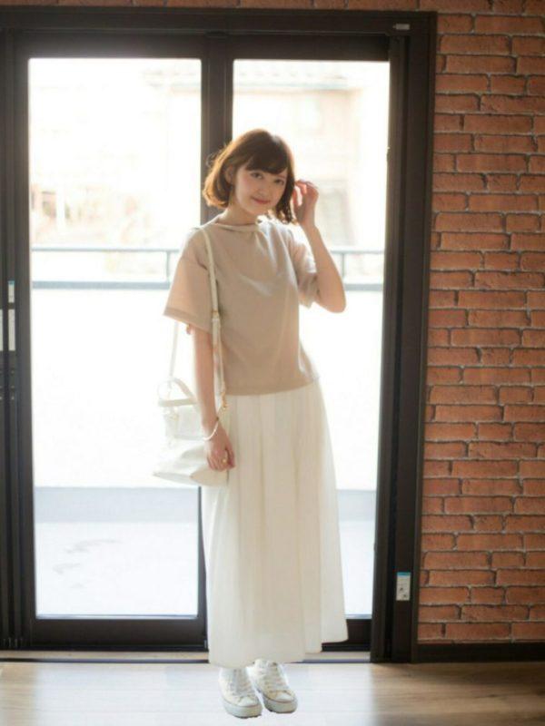 女性らしいドレープラインを生かして、柔らかな色合いのトップスやバッグなどの小物とスタイリングすることで、優しい印象のコーディネートが可能です。足元とバッグなどを夏らしく、カゴバッグやミュールなどと合わせても素敵です。