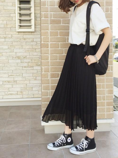 黒リュックを中心にコーディネートされたリラックス・スタイルのGWコーデです。たっぷり目のTシャツとプリーツスカートだけ合わせたシンプルコーデ。黒のコンバースがモノトーンコーデをより引き締めたポイントになっています。