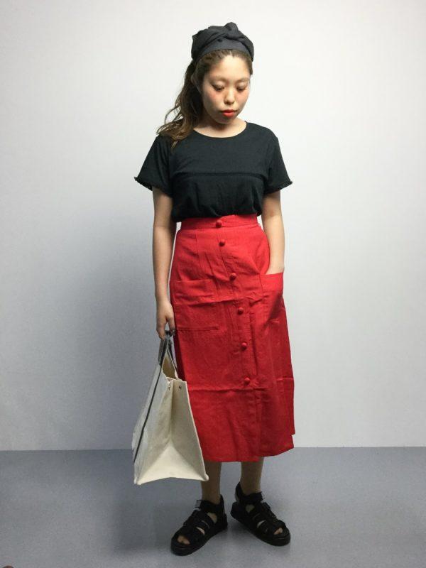 オシャレ感の高い赤×黒のコーディネートもキャンバストートで程よくカジュアルダウン☆サンダルを用いて夏のスタイルに。