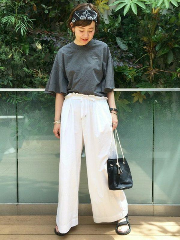 ブラックカラーのバックも、ホワイトパンツと合わせて爽やかな印象に。バンダナ使いでぐっとトレンド感がアップします。