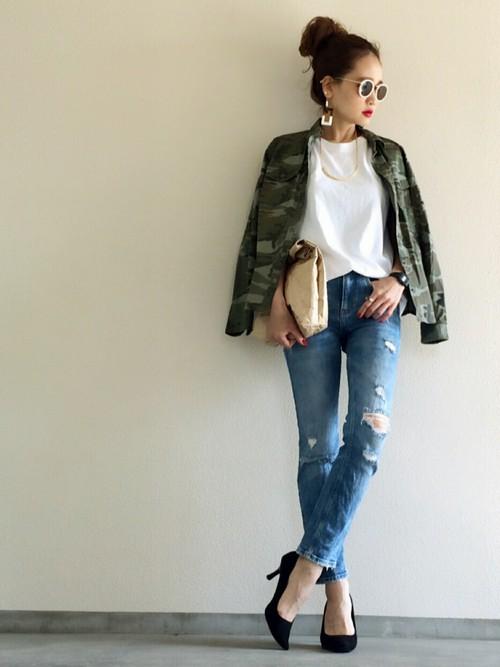 ダメージ加工がカッコいいジーンズに迷彩ジャケットを羽織ってクールなアメカジコーデ!ヒールで女性らしさをプラス!