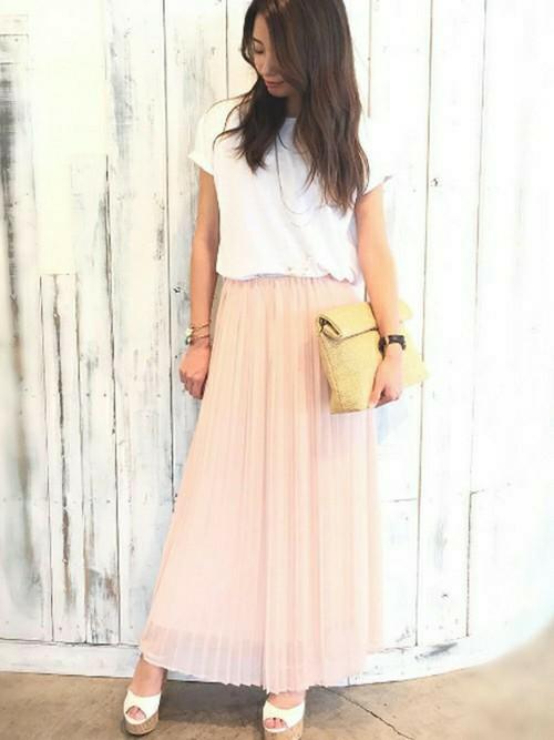 フェミニンなイメージの淡いピンクのプリーツスカートしかもマキシ丈が大人っぽくていいですね。コルク底のヒールサンダルとクラッチがリゾートのイメージを醸し出しています。フェミニンな初夏の香りのするプリーツスカートコーデです♪