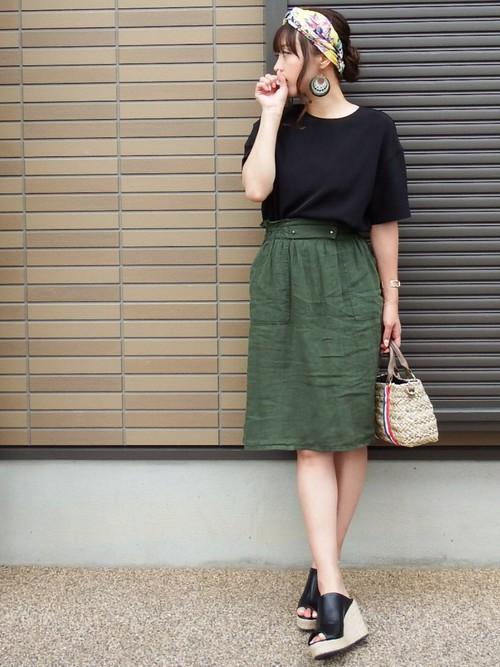 相性抜群の黒とカーキ色のコーデ。カーキ色のスカートがシンプルだけどカワイイですね♡足元のサンダルも◎