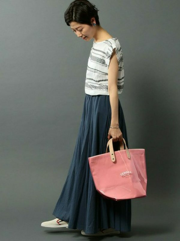キュートなピンクのトートはシックな色合いにピッタリなコーディネートです。ロング丈のスカートが大人度をぐんっとアップしてくれます。
