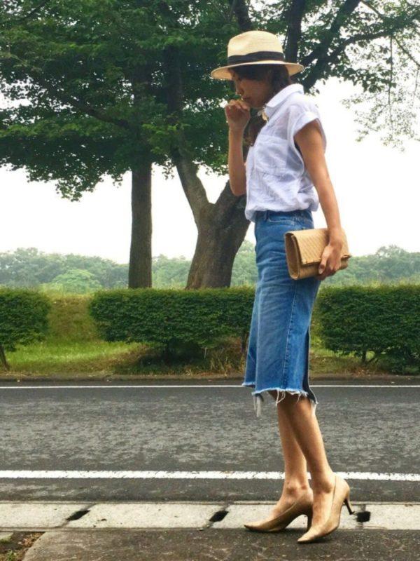 長めのショルダーラインが印象的なワイドスリーブシャツです。デニムにマッチする素材感とシンプルなデザインは、このタイトスカートにとても似合います。アクセサリーや靴のデザイン次第で雰囲気を変えることができるスタイリングの一つです。