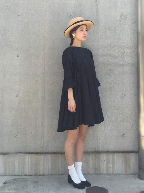 レディな印象のリトルブラックドレスにカンカン帽を合わせるとレトロクラシックなイメージに♪美術館やコンサートに行きたくなるような、お出かけコーデが完成です!