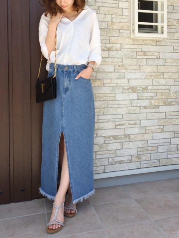 ゆったりとしたシルエットと9分袖が特徴のスキッパーシャツは、カジュアルでルースなコーディネートがぴったり。深めのフロントスリットのデニムスカートから見える足元がおしゃれポイントです。