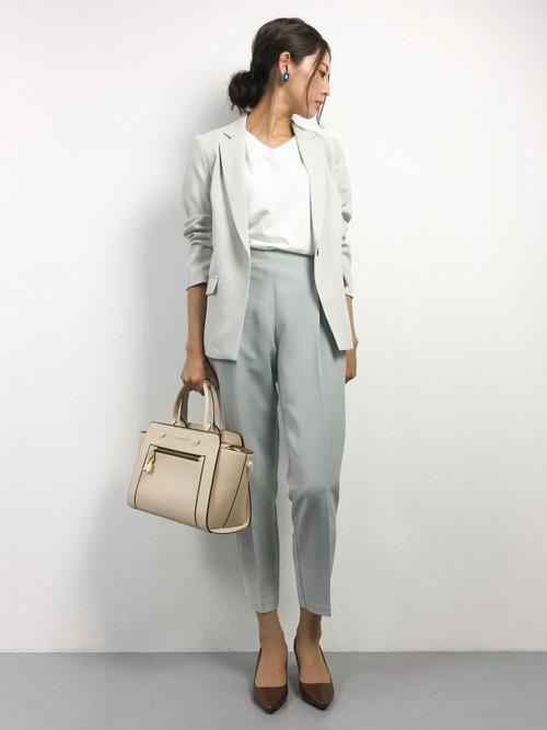 テーラードジャケットとパンツを濃さの違うグレーで合わせたコーデ。大人っぽいけれど柔らかい印象にまとまっていますね!バッグや靴も、ベージュやブラウンの優しい色合いのものを合わせて。