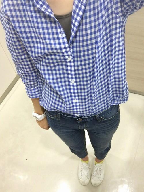 日中の暖かな日には、七分袖もそろそろ良いかも♪色鮮やかなブルーチェックシャツはコーデがしっかりキマりますね!