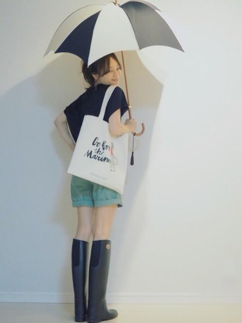 ハイカット・レインブーツにはショートパンツがマッチしますね。これなら雨の日も足元は跳ね返り防げて完璧で洋服も濡れなくてすみます。梅雨の日も元気なコーデで行動したい時は、ショートパンツにレインブーツをコーデしましょう♪