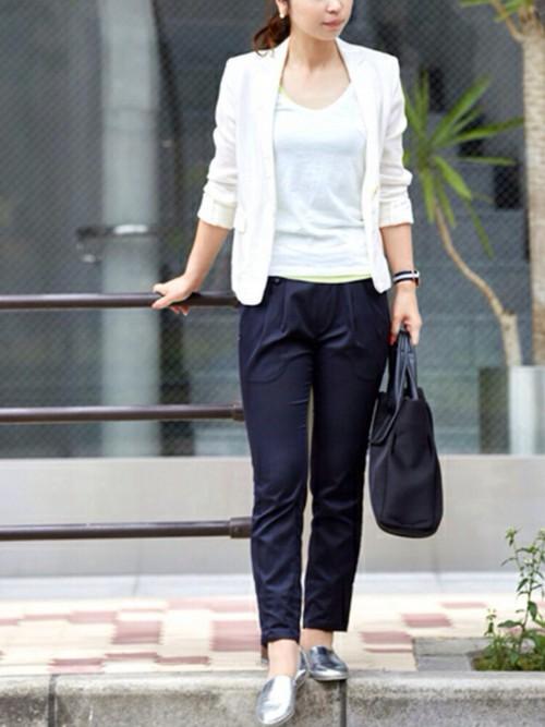 タイトなデザインのホワイトTシャツはオフィスにも着ていけます。広く開いた襟も絶妙におしゃれ。