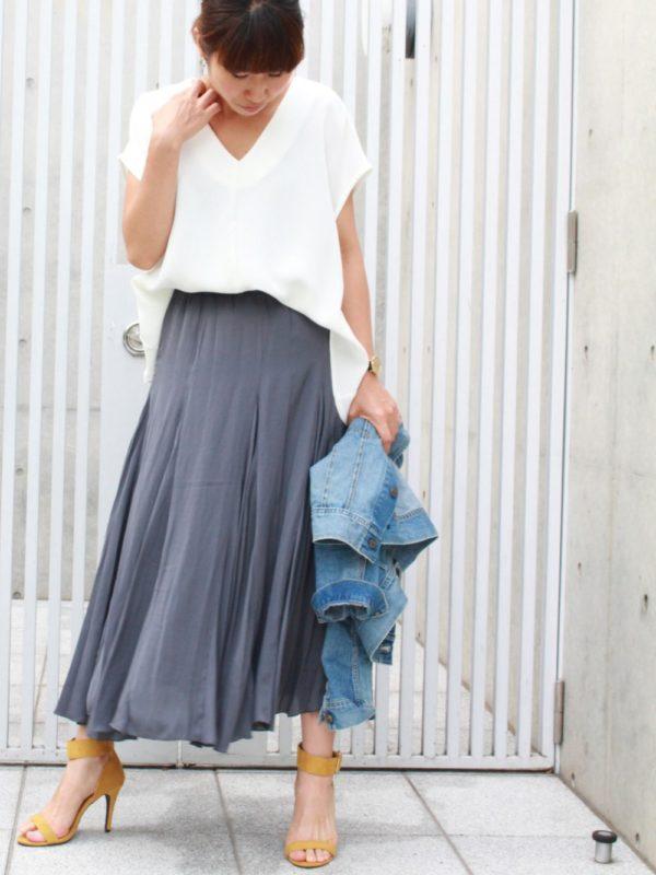 定番のVネックTシャツもとろみ感プラスで色気がアップ!ふんわりボリュームのロングスカートで女性らしさも演出。イエローのサンダルがコーディネートのポイントカラーとしてピリッと効いています。