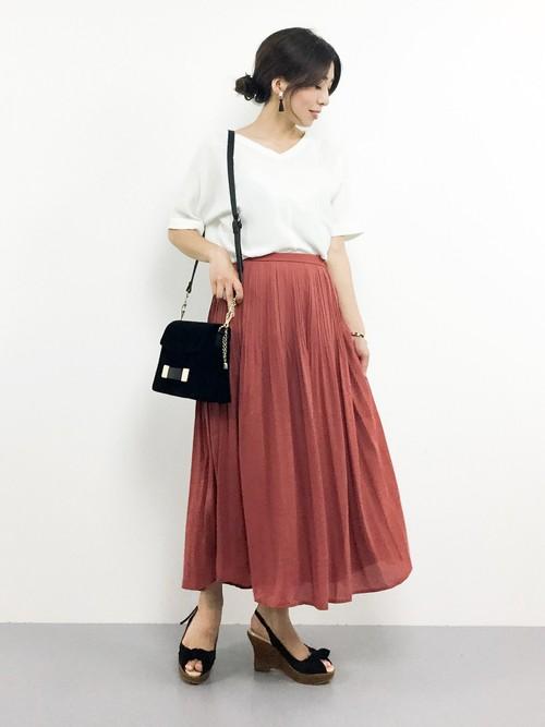 華やかなピンクのふんわりスカートと白トップスの、春にピッタリのきれいコーデ。ピンクと白の組み合わせは、ふんわりとしたコーデになるので、黒のショルダーバッグで全体をギュッと引き締めるのがおすすめです!