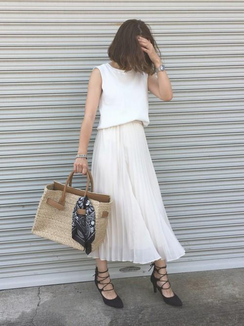 初夏を思わせる白のシフォンプリーツのコーデですね。足首の上丈が大人っぽいプリーツスカートです。トップスのノースリカットソーをブラウジングしてスカートインにして膨らみを持たして全体的に柔らかいイメージでまとまったスタイリングです♪