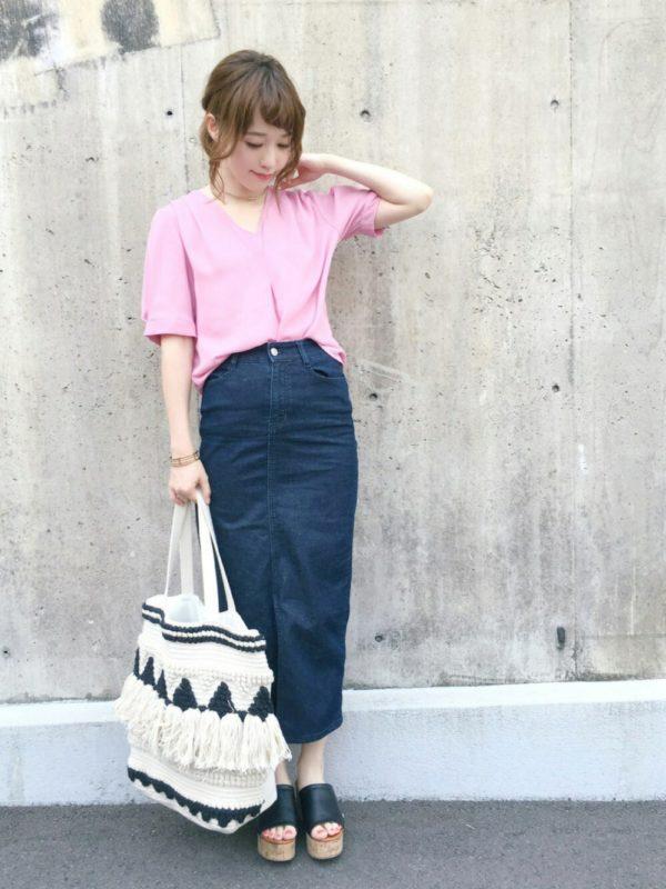 甘いピンク使いもデニムスカートで大人カジュアルのスタイルに!ボリューム感のある足元がコーディネートに大人っぽさをアップ。大きめのフリンジバックは夏らしいエスニック感を演出してくれます。